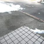雪国玄関先凍結。氷ですべらないための対処法。